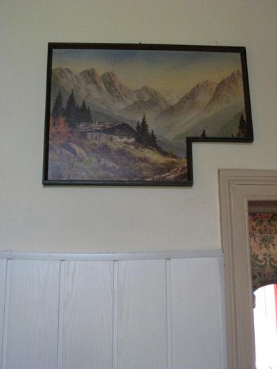 Een schilderij met een hoek af