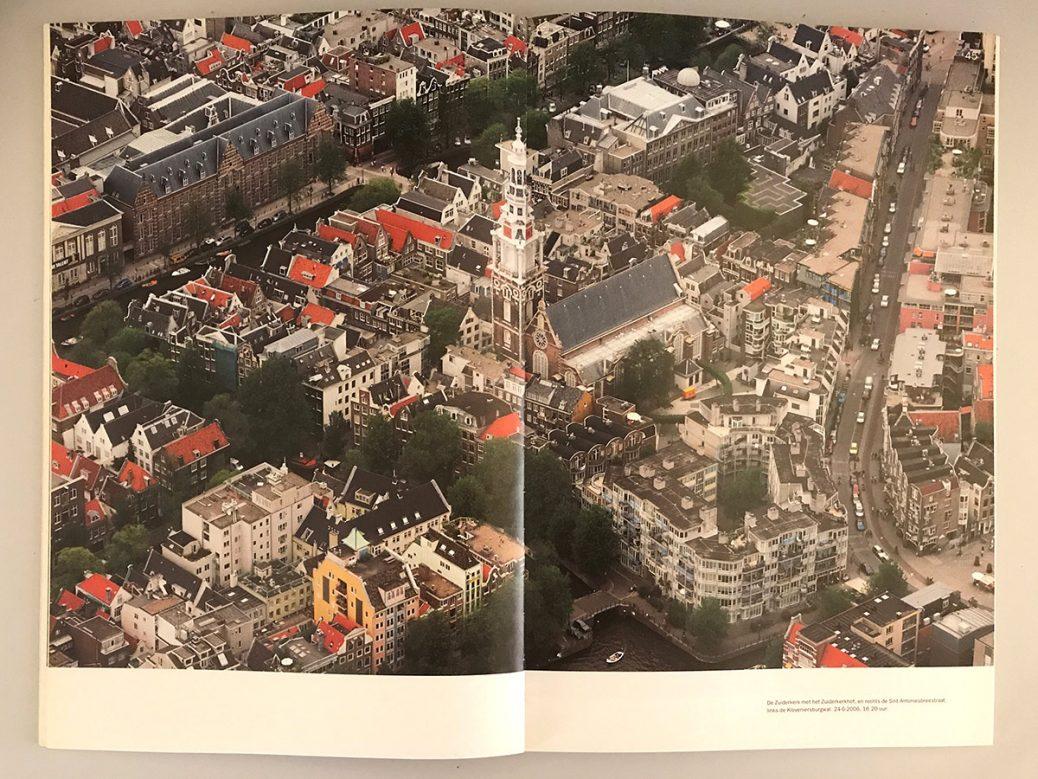 Afbeelding van een boek met een foto van Kloveniersburgwal en omstreken